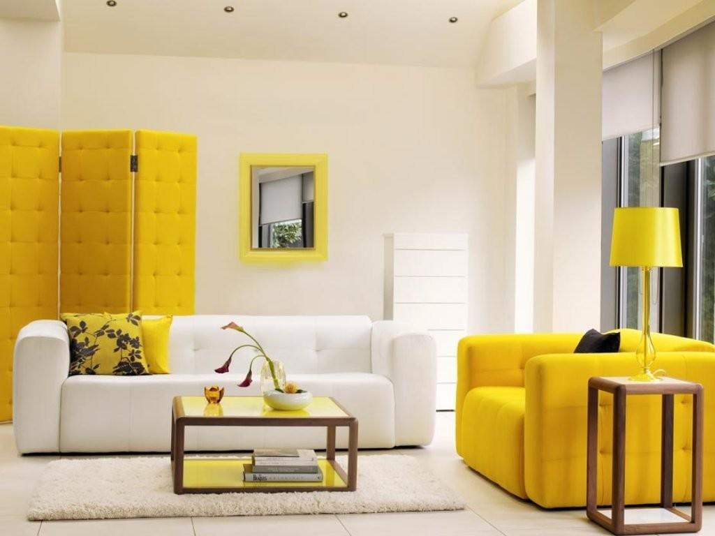 Желтая ширма за белым диваном