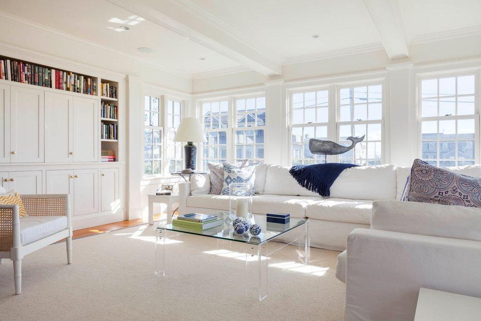 Белые диваны в светлом зале частного дома