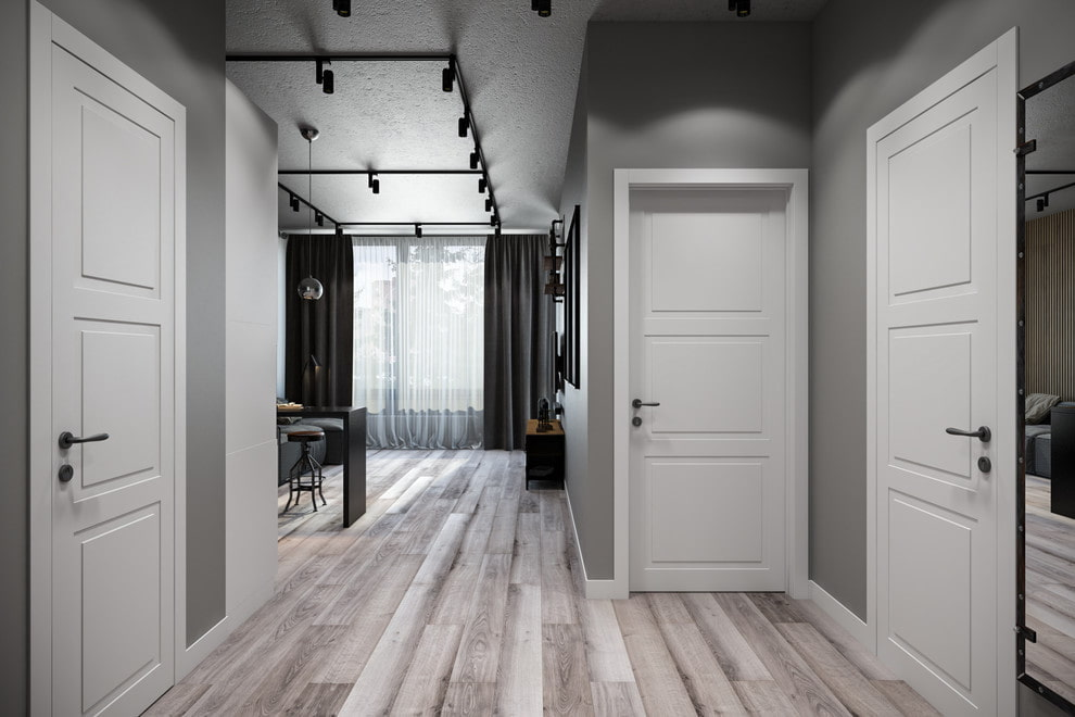 Прихожая квартиры с серыми стенами