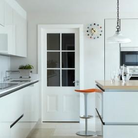 белые двери в квартире фото интерьер