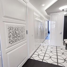 белые двери в квартире фото оформления