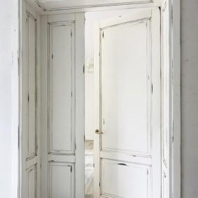 белые двери в квартире виды фото