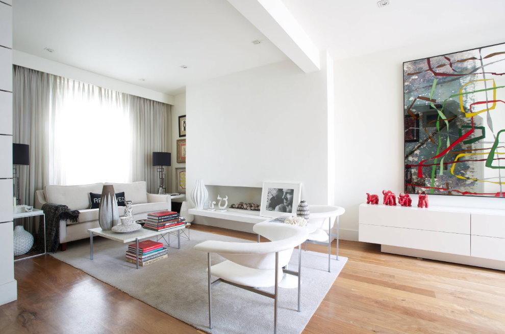 Белые кресла в современной гостиной