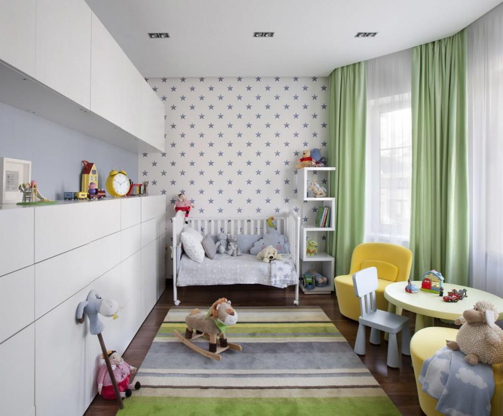 Белые шкафы без ручек во всю стену детской комнаты