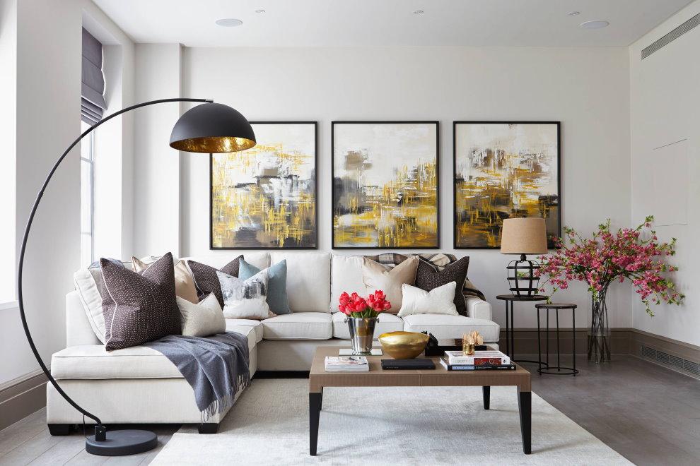 Угловой диван белого цвета в гостиной комнате