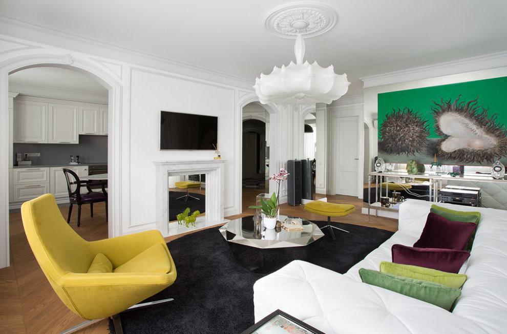 Желтое кресло напротив белого дивана в гостиной