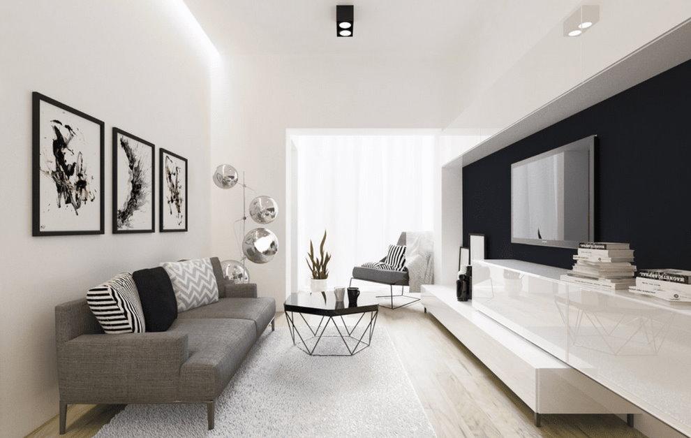 Серый диван в узкой гостиной с белым потолком