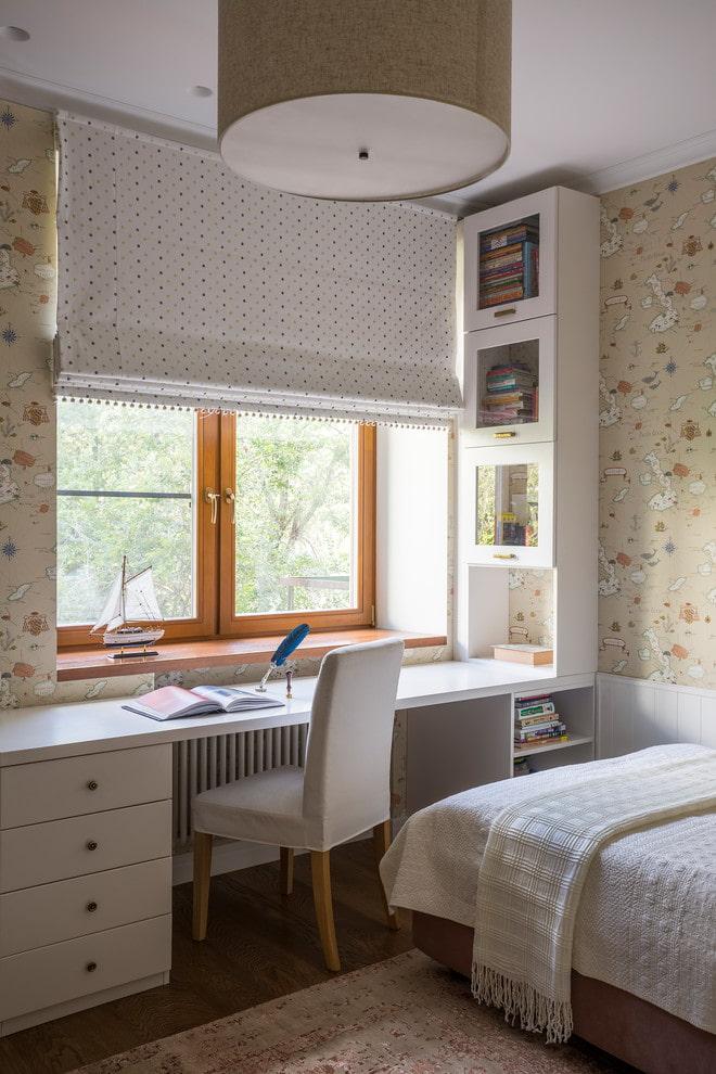 Узкий стол вдоль окна комнаты девочки