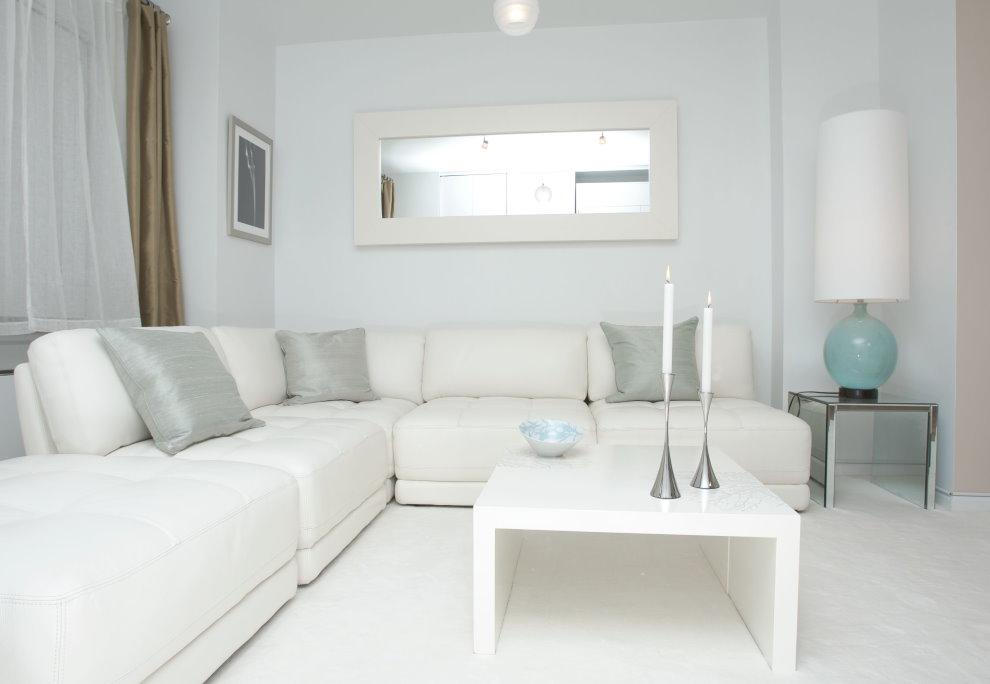 Белый журнальный столик в зоне отдыха гостиной