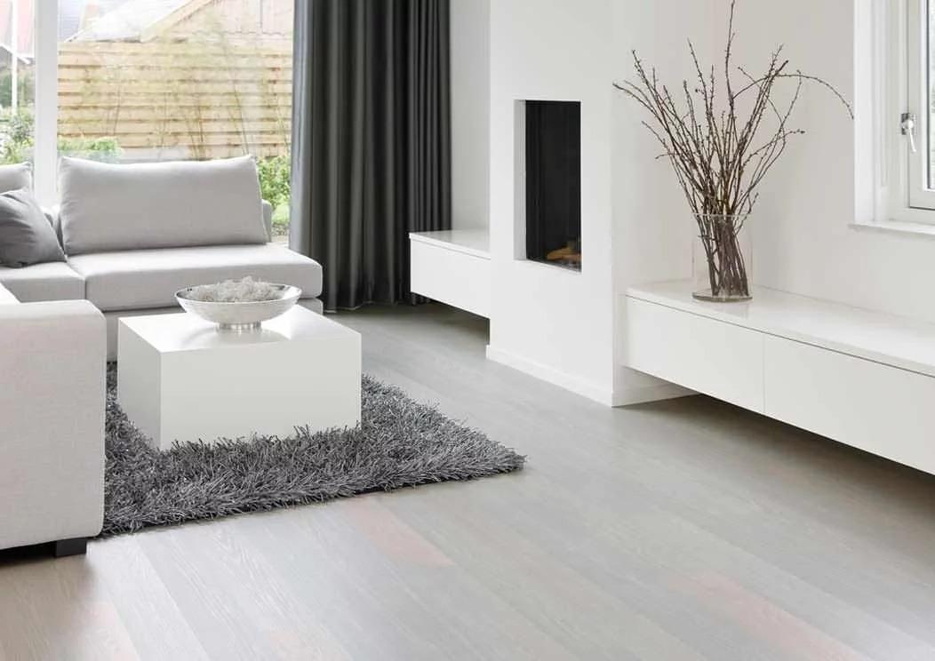 белый ламинат в гостиной