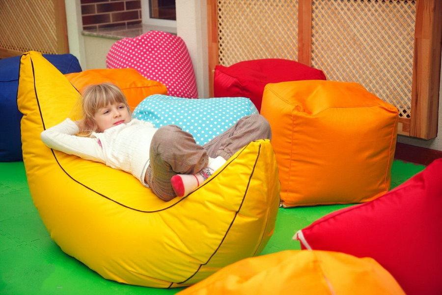 Маленькая девочка на бескаркасном кресле