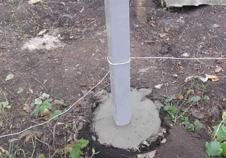 Бетонирование металлического столба для ограждения из рабицы