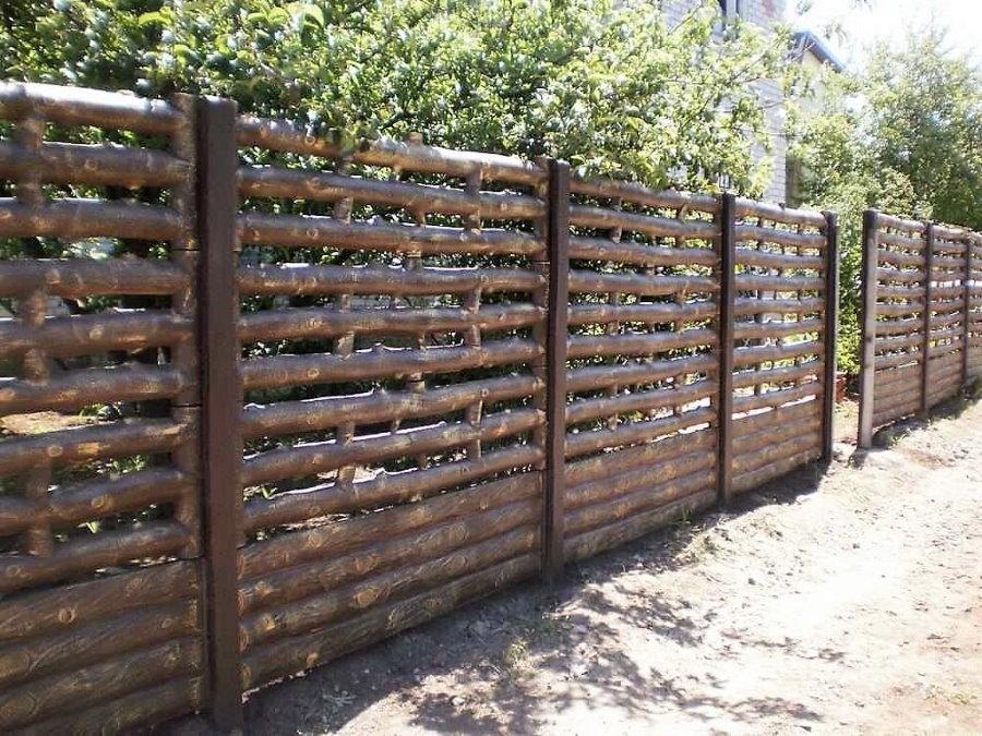 Красивая ограда из бетона с имитацией деревянного забора