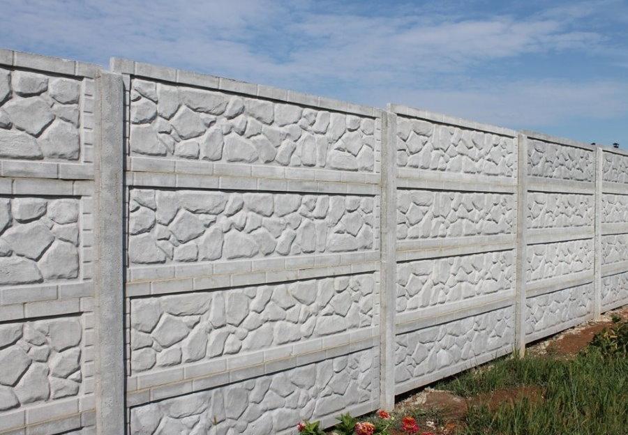 Текстурный рисунок на поверхности бетонного забора