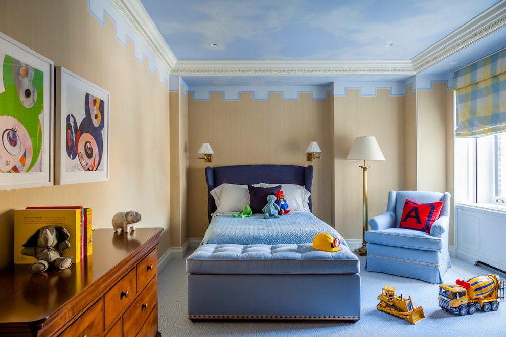 Бежевые обои в детской с голубым потолком
