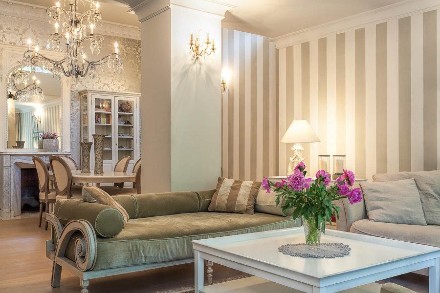 Полосатые обои в гостиной с двумя диванами