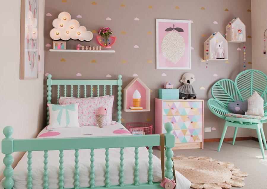 Бирюзовая мебель в комнате девочки площадью 12 кв м