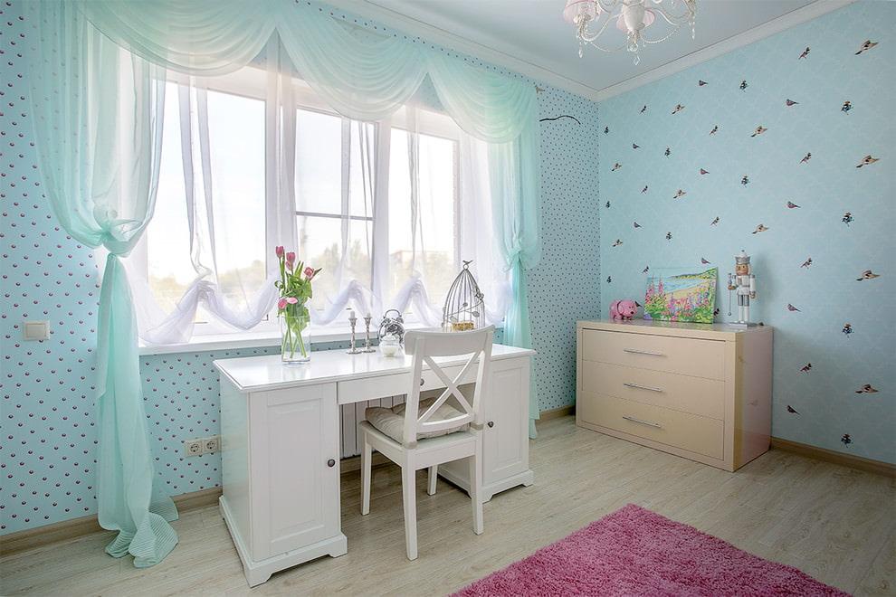 Бирюзовые обои в интерьере комнаты девочки