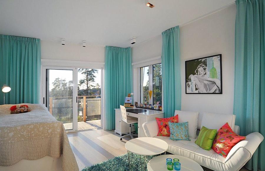 Бирюзовые занавески на окнах гостиной комнаты