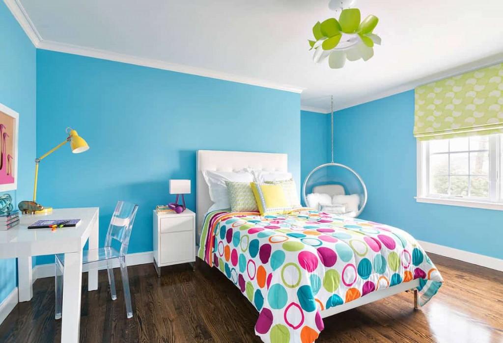 Просторная детская комната с бирюзовыми стенами