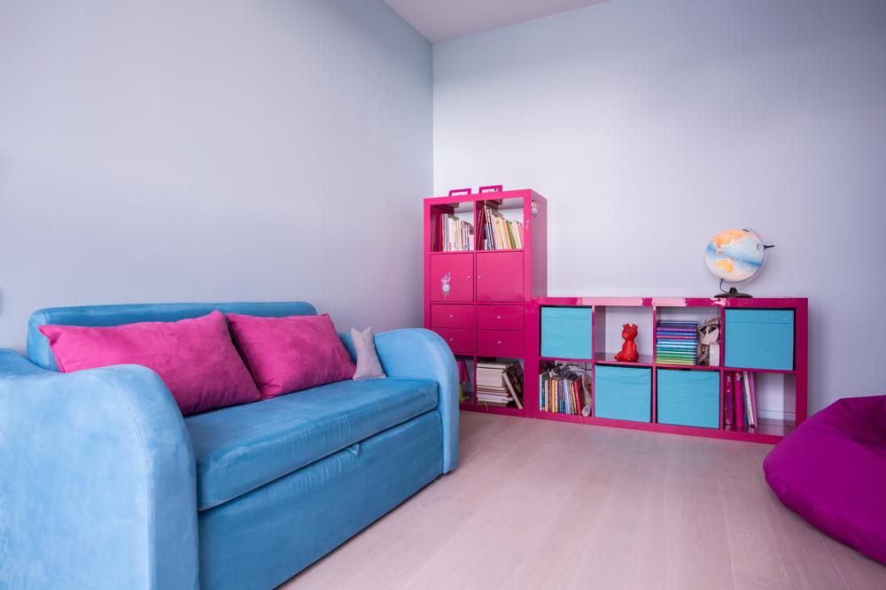 Розово-бирюзовый стеллаж с детскими игрушками