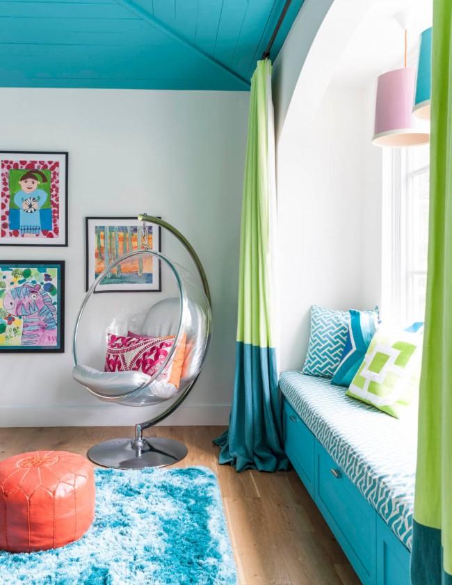 Детская комната с бирюзовым потолком