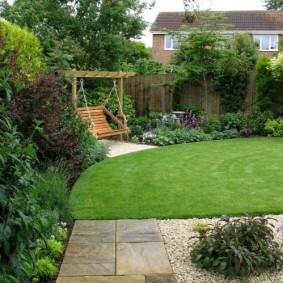Английский газон перед садовыми качелями