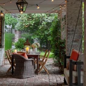 Садовый светильник на потолке террасы