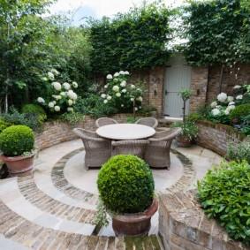 Плетенная мебель в саду регулярного стиля