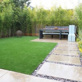 Идеально ровная поверхность зеленого газона