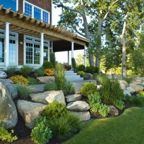 Сад камней перед двухэтажным домом
