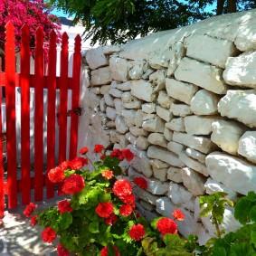 Красная калитка в каменном заборе