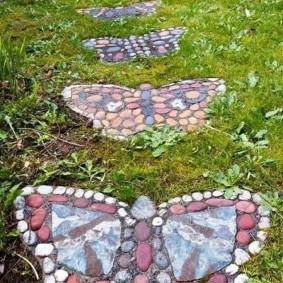 Садовая тропинка в виде бабочек из мелких камушков