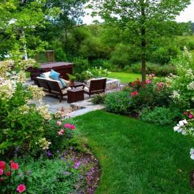 Место для отдыха в укромном уголку садового участка