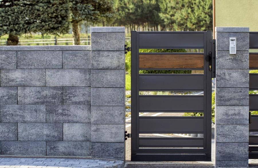Металлическая калитка в бетонном заборе блочного типа