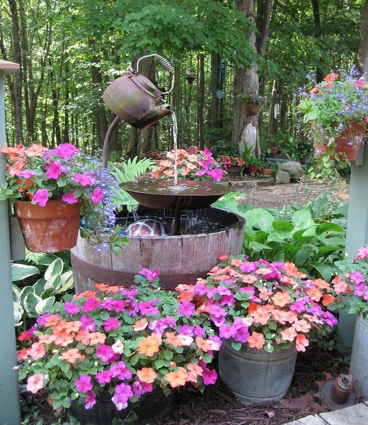 Садовый фонтанчик из старого чайника своими руками