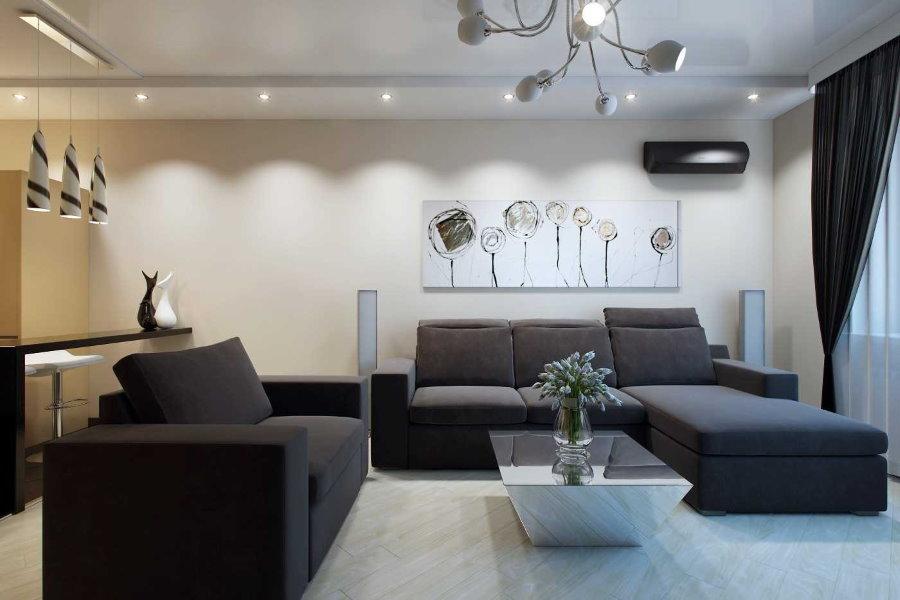 Черная мебель в гостиной двухкомнатной квартиры