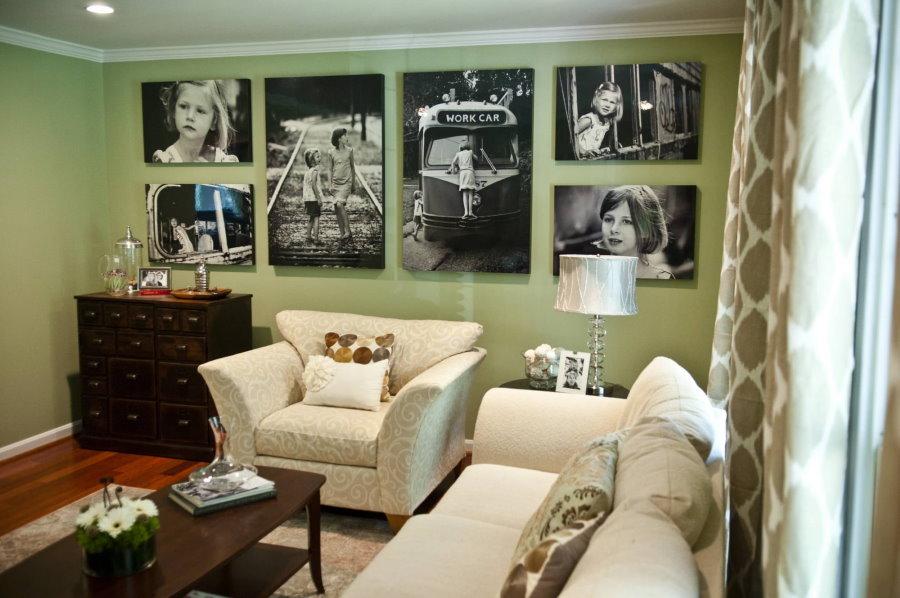 Коллекция черно-белых фото на стене зала