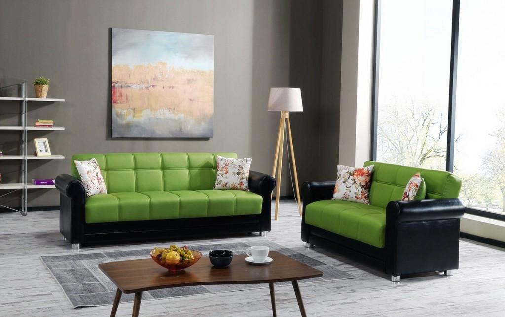 Черно-зеленые диваны в комнате с панорамным окном