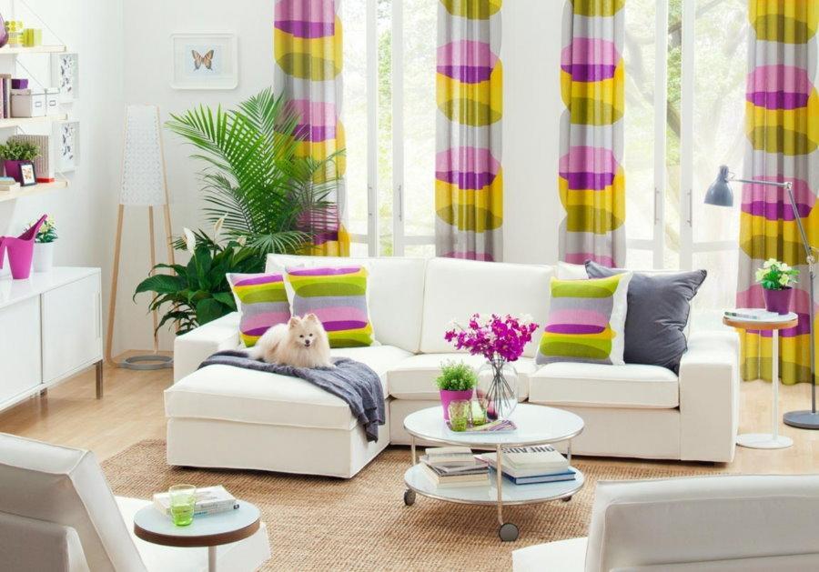 Цветной принт на шторах в гостиной комнате