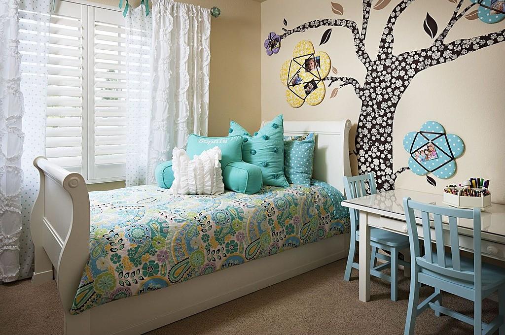 Декоративное дерево на стене детской комнаты