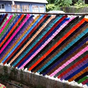 Декор сетки рабицы разноцветными лентами