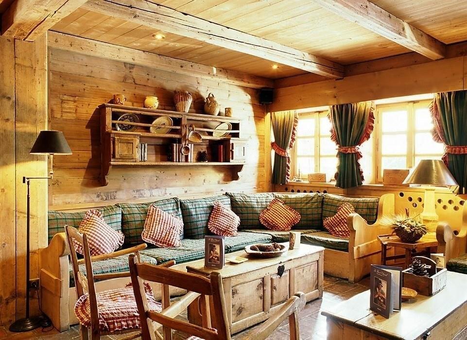 Оформление акцентной стены в гостиной деревянного дома