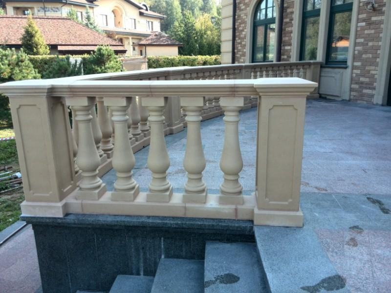 Декоративный забор из бетона около загородного дома