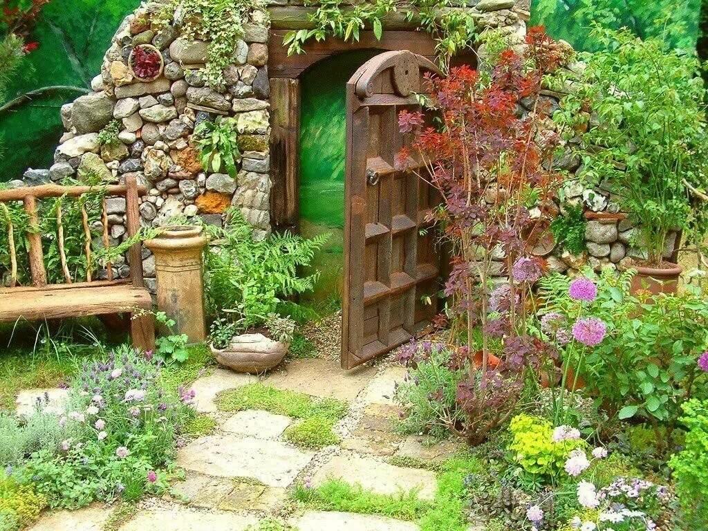 Деревянная калитка в саду кантри стиля