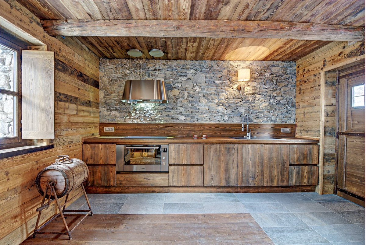 дерево и камень в интерьере кухни