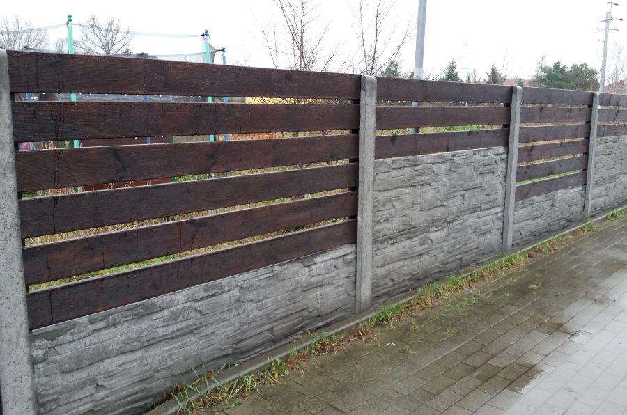 Деревянный забор на бетонном основании