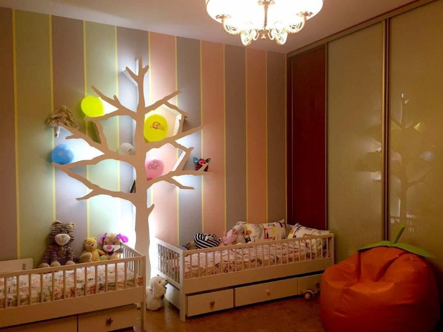 Дерево с подсветкой около кроваток для новорожденных