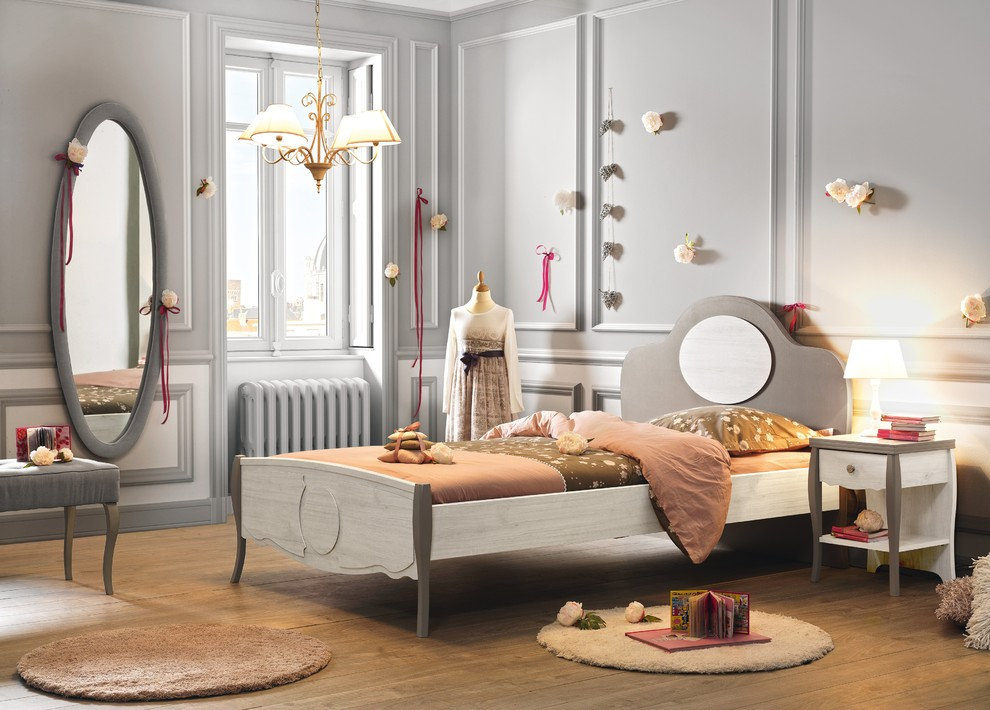 Овальное зеркало в комнате юной принцессы