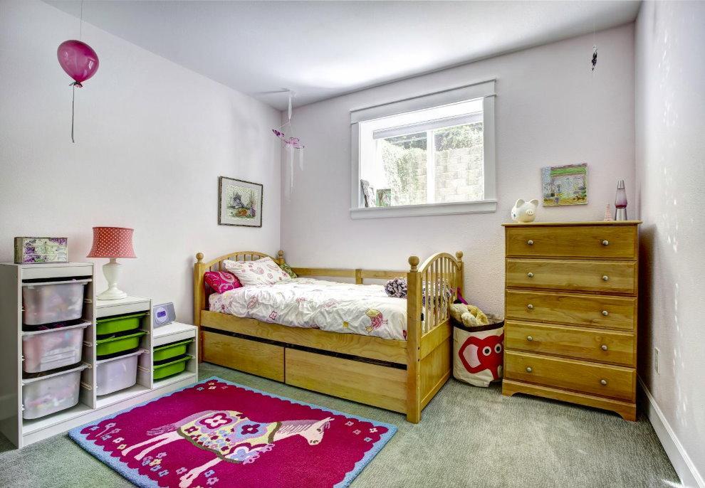 Деревянная мебель в спальне девочки частного дома